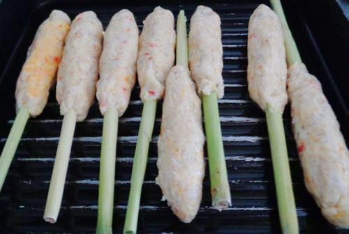 Chả tôm bọc sả nướng chảo thơm lừng kéo bạn ngay vào bếp