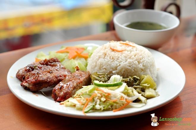 Cơm sườn 47 Đào Duy Từ nức tiếng ẩm thực Hà Thành