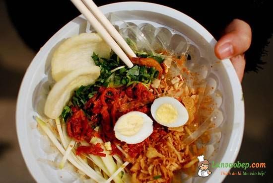 Ăn vặt với bánh tráng trộn Tây Ninh Bé O – Hoàng Cầu Quán