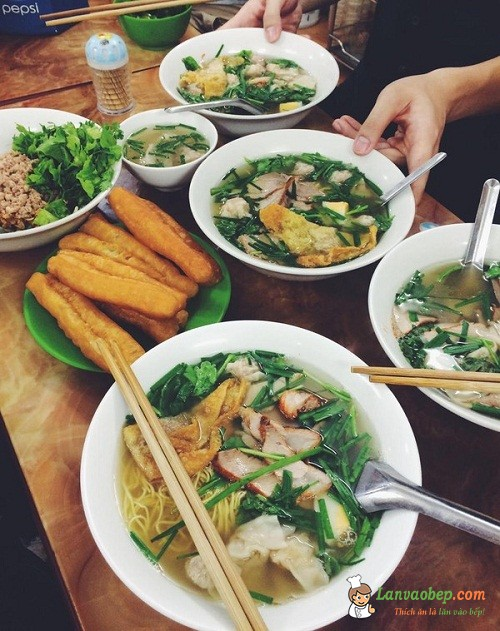 Lên phố Đinh Liệt ăn mỳ vằn thắn