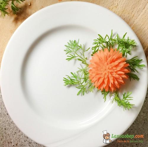 Cách tỉa hoa cà rốt đơn giản trang trí món ăn ngày Tết