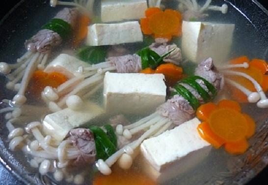 Cách nấu canh thịt bò cuộn nấm kim châm ngon tuyệt